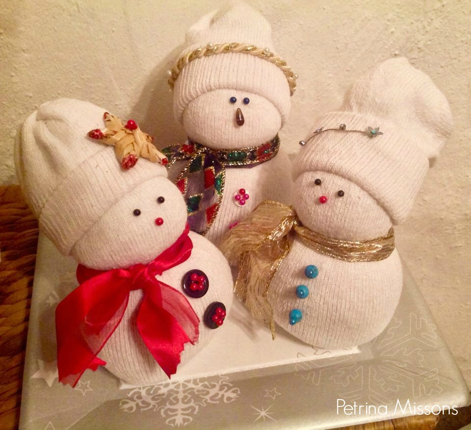Simple Sock Snowman Craft / DIY Snowman Decorations / Grillo Designs www.grillo-designs.com
