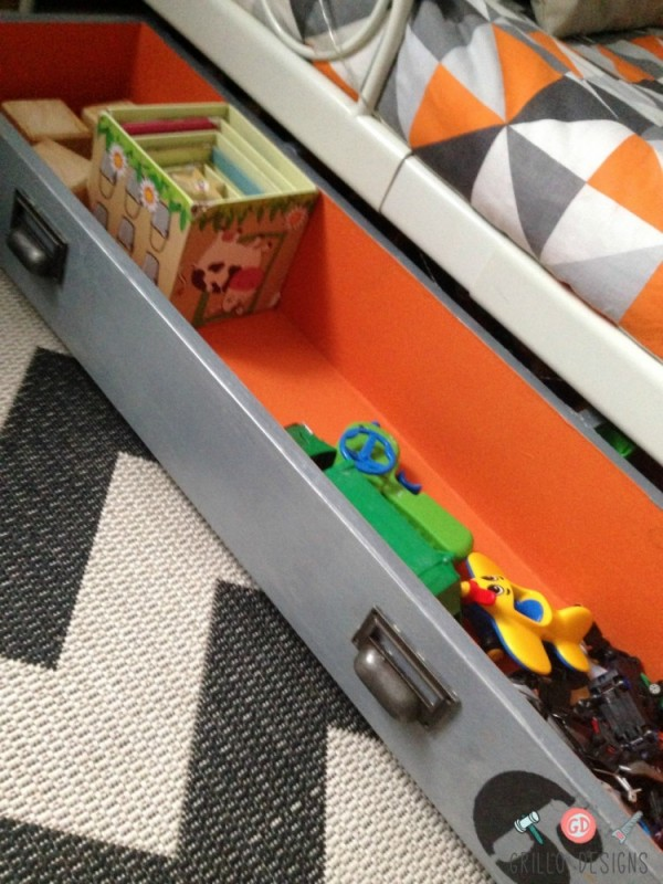 Ikea pax drawer to under bed toy box on wheels grillo for Cardboard drawers ikea