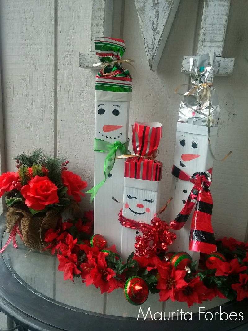 DIY Snowmen Made From Scrap Wood Pallets / DIY Snowman Decorations / Grillo Designs www.grillo-designs.com