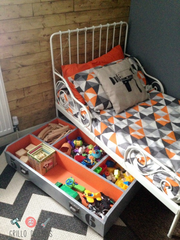 IKEA toy storage hacks for the bedroom. An under bed toy storage box using the IKEA PAX via Grillo Designs/ www.grillo-designs.com