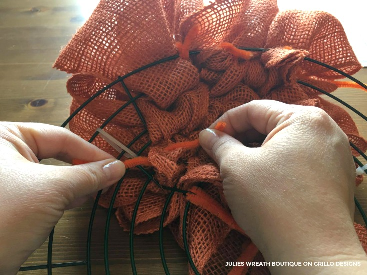 How to make a pumpkin wreath tutorial for autumn / Grillo Designs www.grillo-designs.com