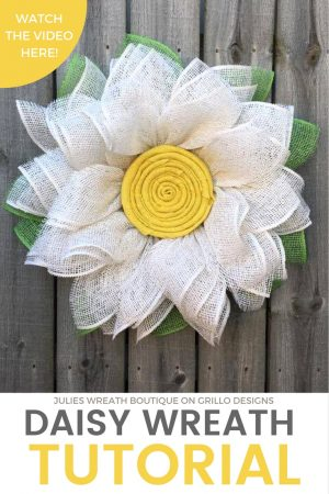 DIY Burlap daisy wreath tutorial / Grillo Designs www.grillo-designs.com