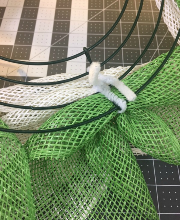 daisy wreath tutorial step give : use chenille stem to attach daisy leaves and petals / Grillo Designs www.grillo-designs.com