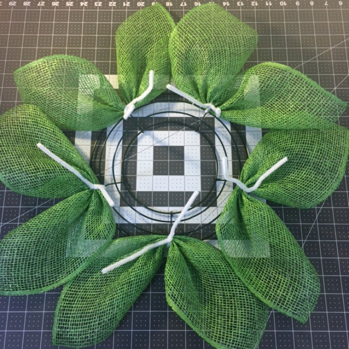 Attach all your green leaves to make the daisy wreath / Grillo Designs www.grillo-designs.com