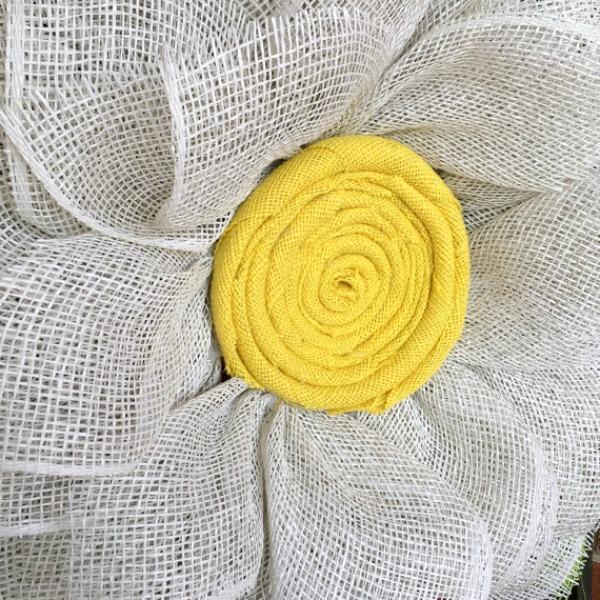 Beautiful jute burlap fabric center of the daisy wreath / Grillo Designs www.grillo-designs.com