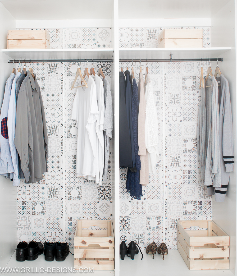 Minimalist konmari wardrobe in this small bedroom makeover /Grillo Designs www.grillo-designs.com