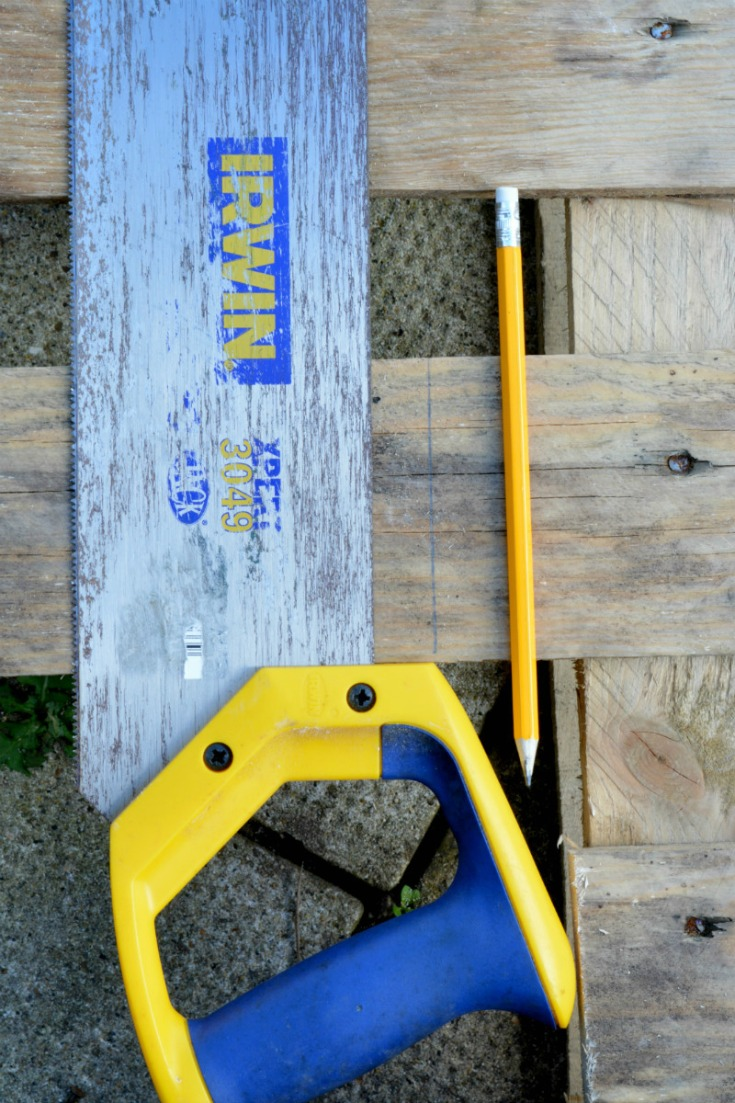 Measure and cut the pallet wood for your pallet side table / Vicky Myers Creations on Grillo Designs Blog