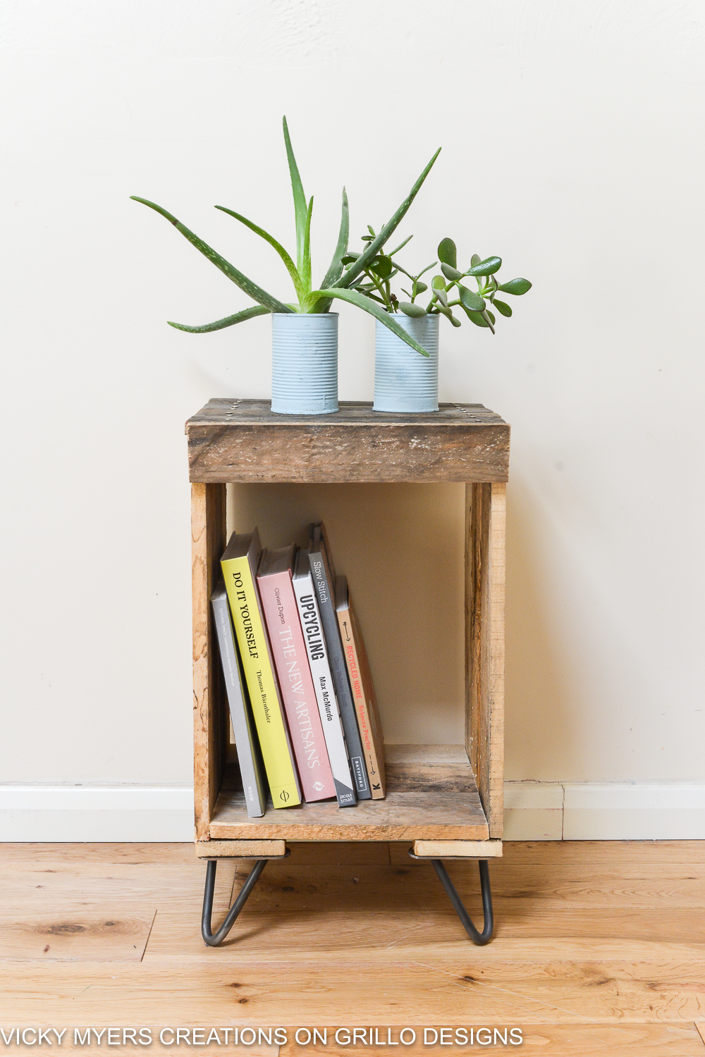 Easy instructions on how to make a pallet side table / Vicky Myers Creations on Grillo Designs Blog