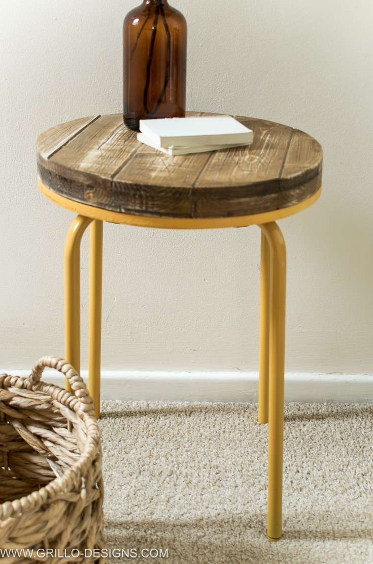 Diy industrial side table for the bedroom / Grillo Designs www.grillo-designs.com