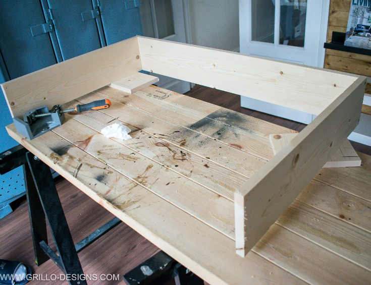 Build and easy diy under bed storage box with power tools / Grillo Designs www.grillo-designs.com