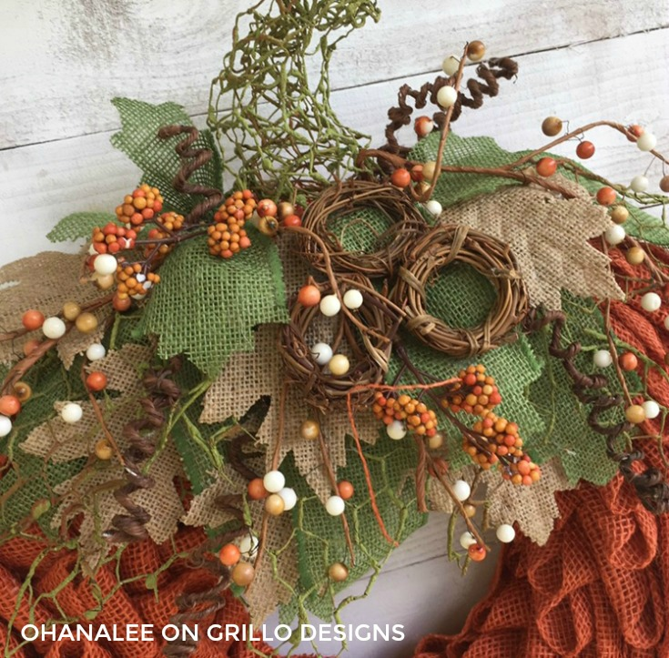The perfect burlap pumpkin wreath for fall / Grillo Designs www.grillo-designs.com