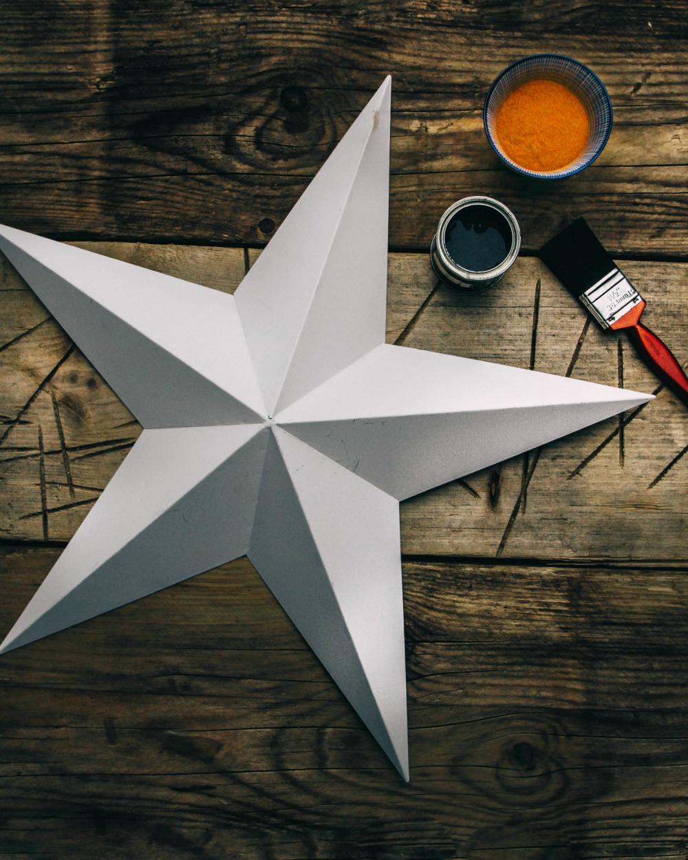 Create faux rust for your winter star decorations using only two materials / Grillo Designs