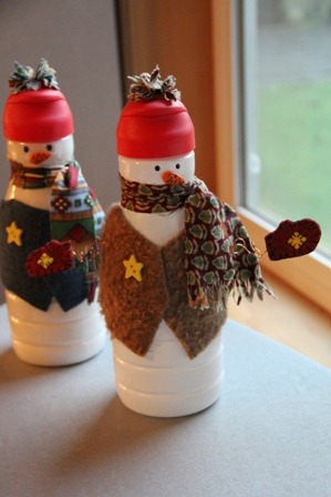 Creamer Bottle Snowman Upcycling Idea / DIY Snowman Decorations / Grillo Designs www.grillo-designs.com