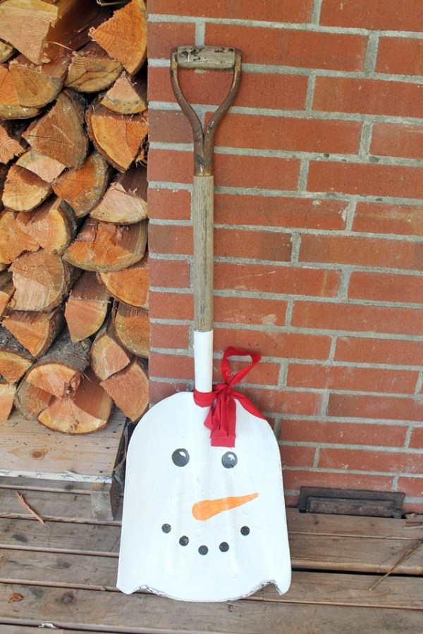 DIY Snowman Shovel Winter Porch Decor / DIY Snowman Decorations / Grillo Designs www.grillo-designs.com