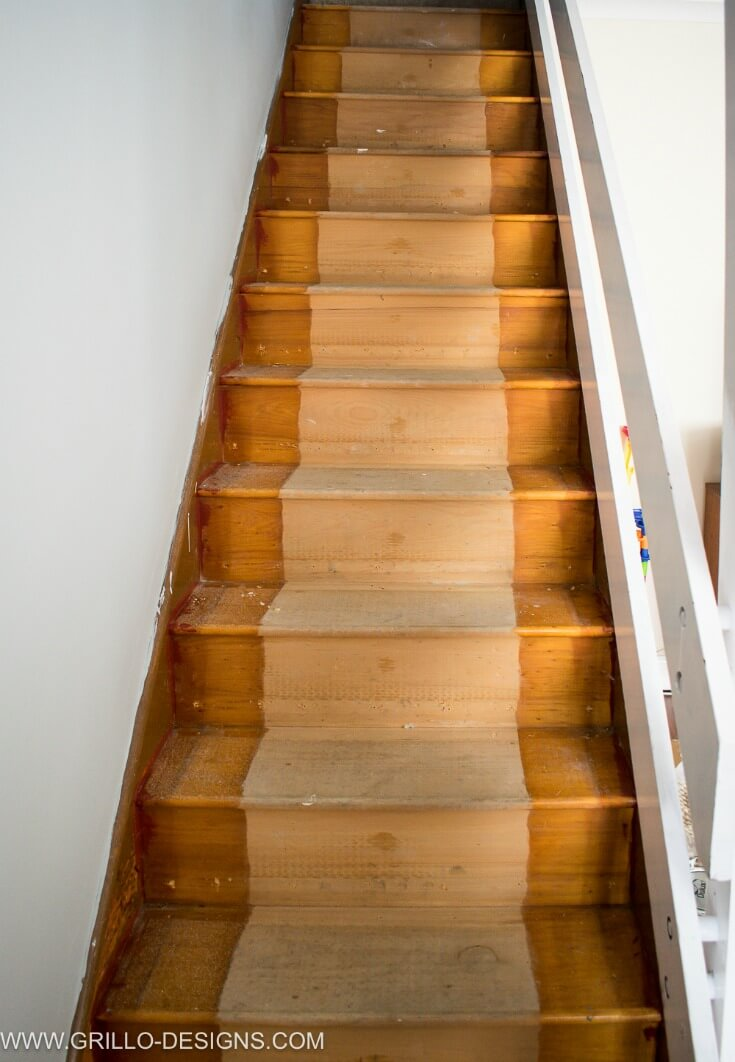 Wooden steps before the stairs makeover / Grillo Designs