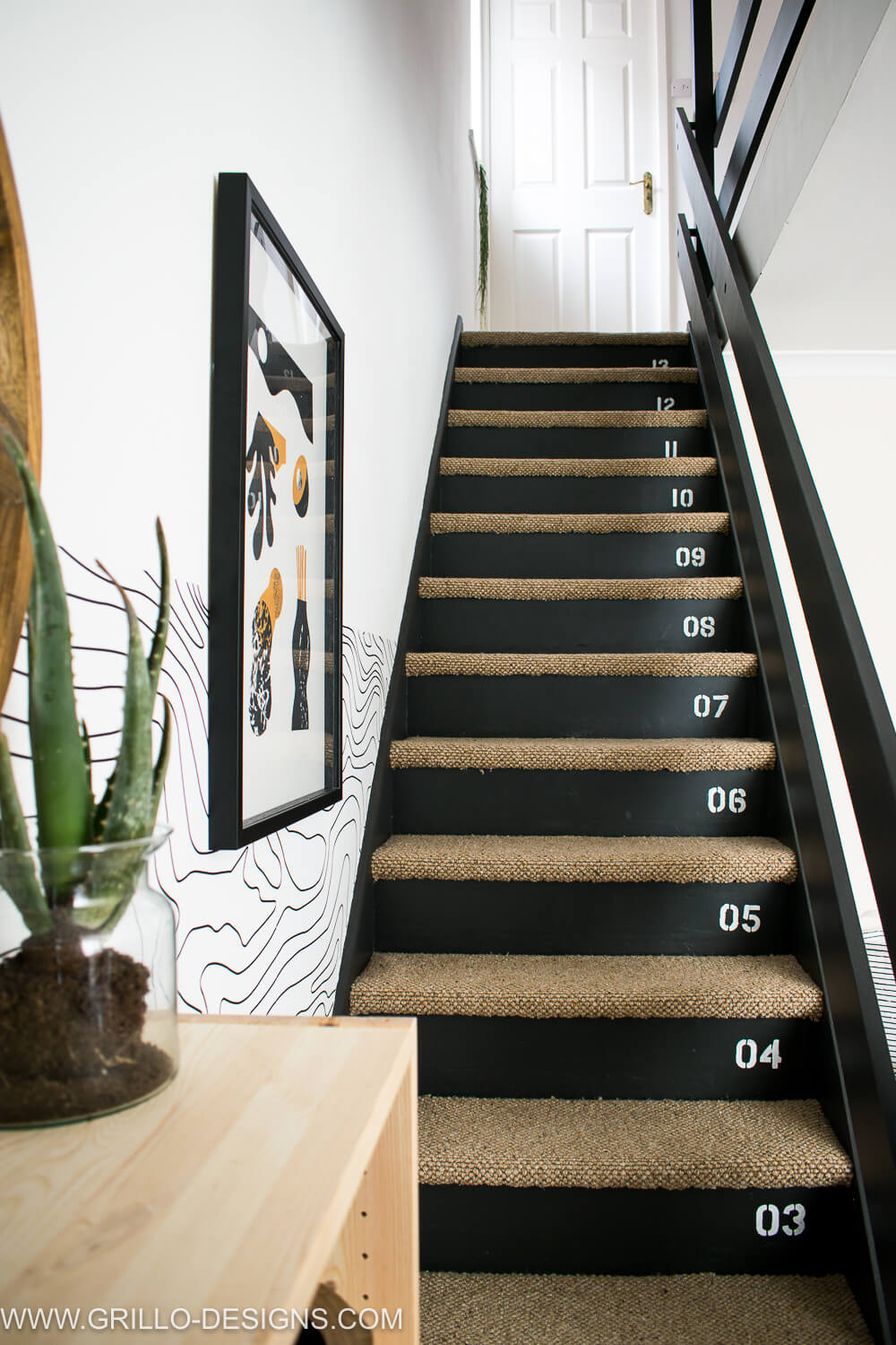 Stencilled numbers stairs makeover / Grillo Designs