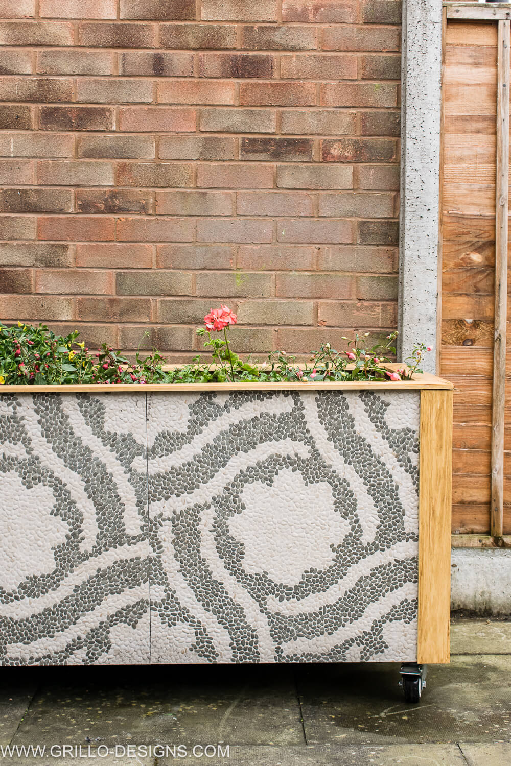 Stylish diy trough planter for outdoors / grillo designs