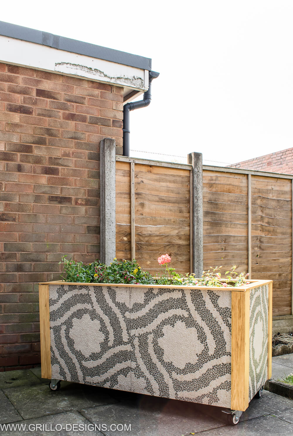 Use tiles to make a trough planter / grillo designs