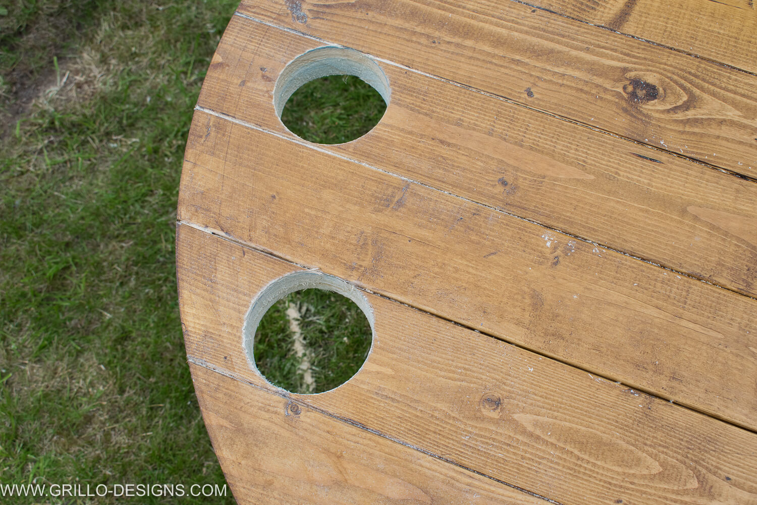 Insert cup holders into your diy tree trunk table / grillo designs