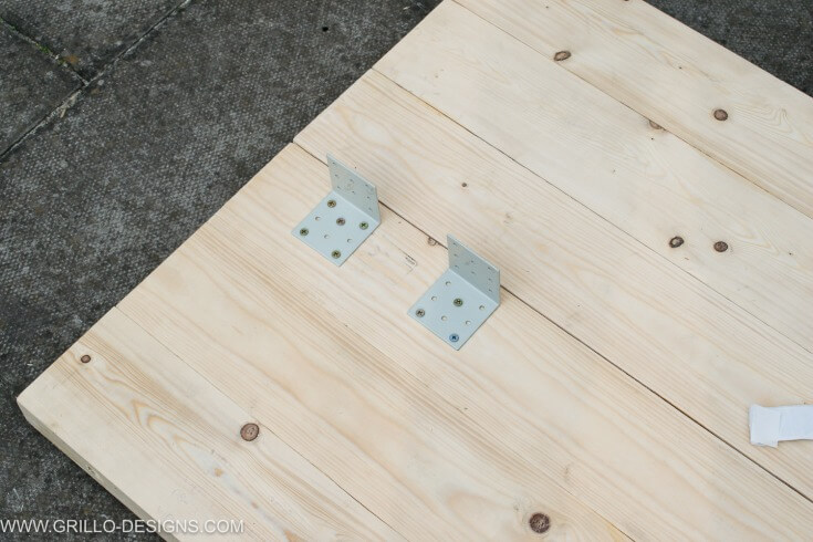 Apply l shaped brackets to the diy wooden outdoor sofa / grillo designs