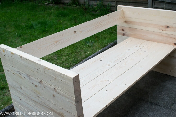 Attach the backing to the diy outdoor sofa / grillo designs