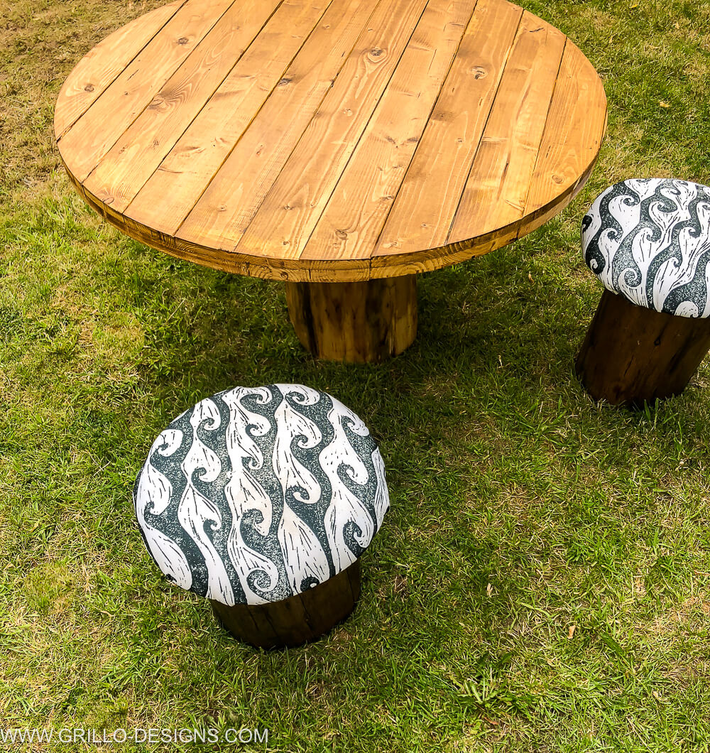 Garden tree trunk table with durable toadstools / grillo designs