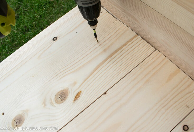 Screw wood to the diy outdoor sofa to make seating / grillo designs