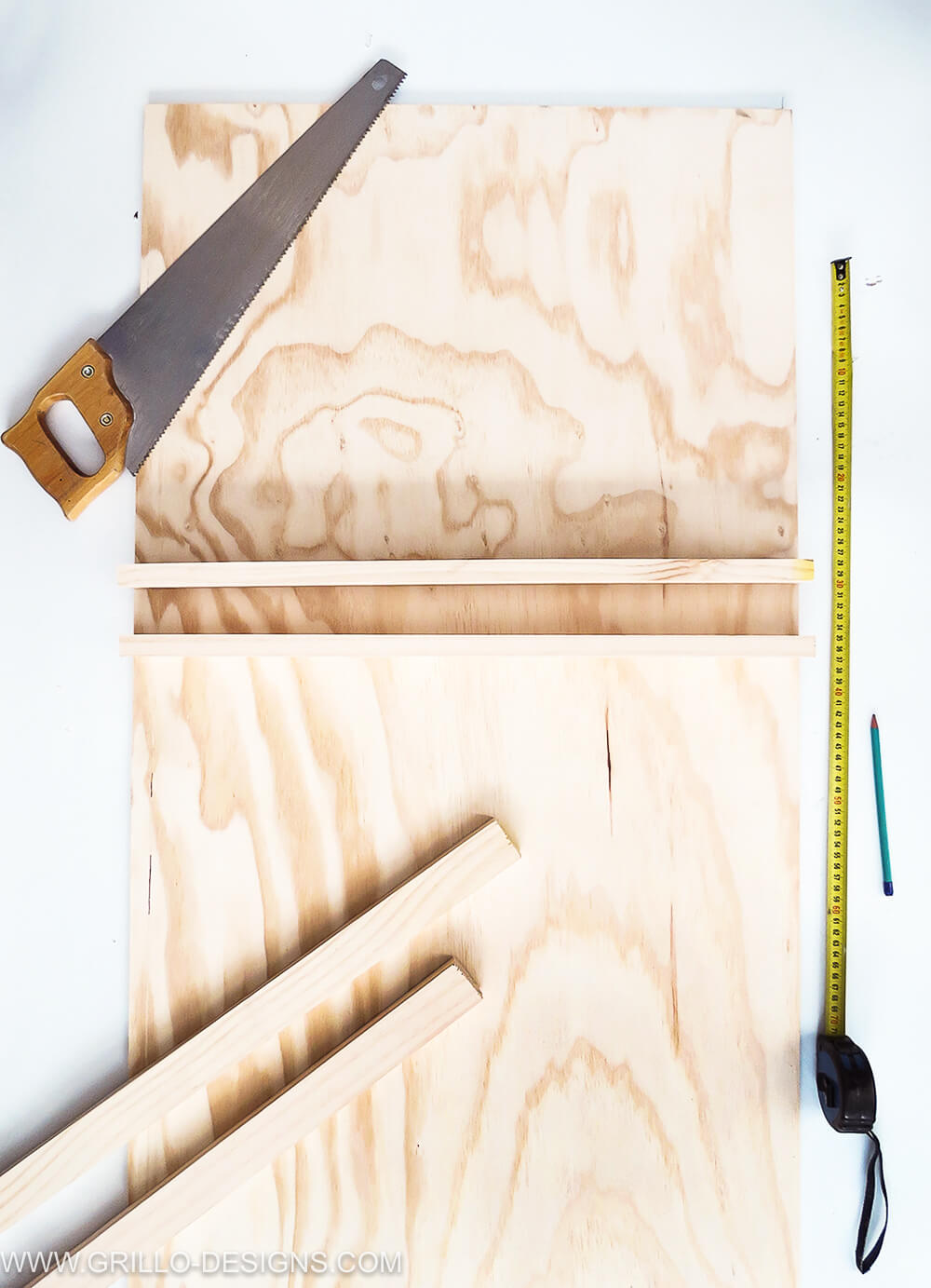 cut the wood to make a diy soft toy storage shelf / grillo designs