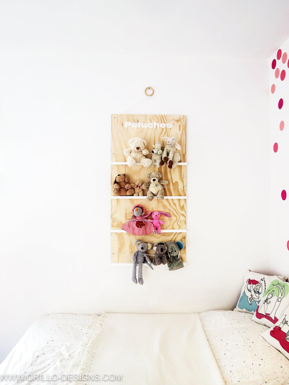 Simple DIY kids soft toy storage shelf for bedroom or playroom / grillo designs
