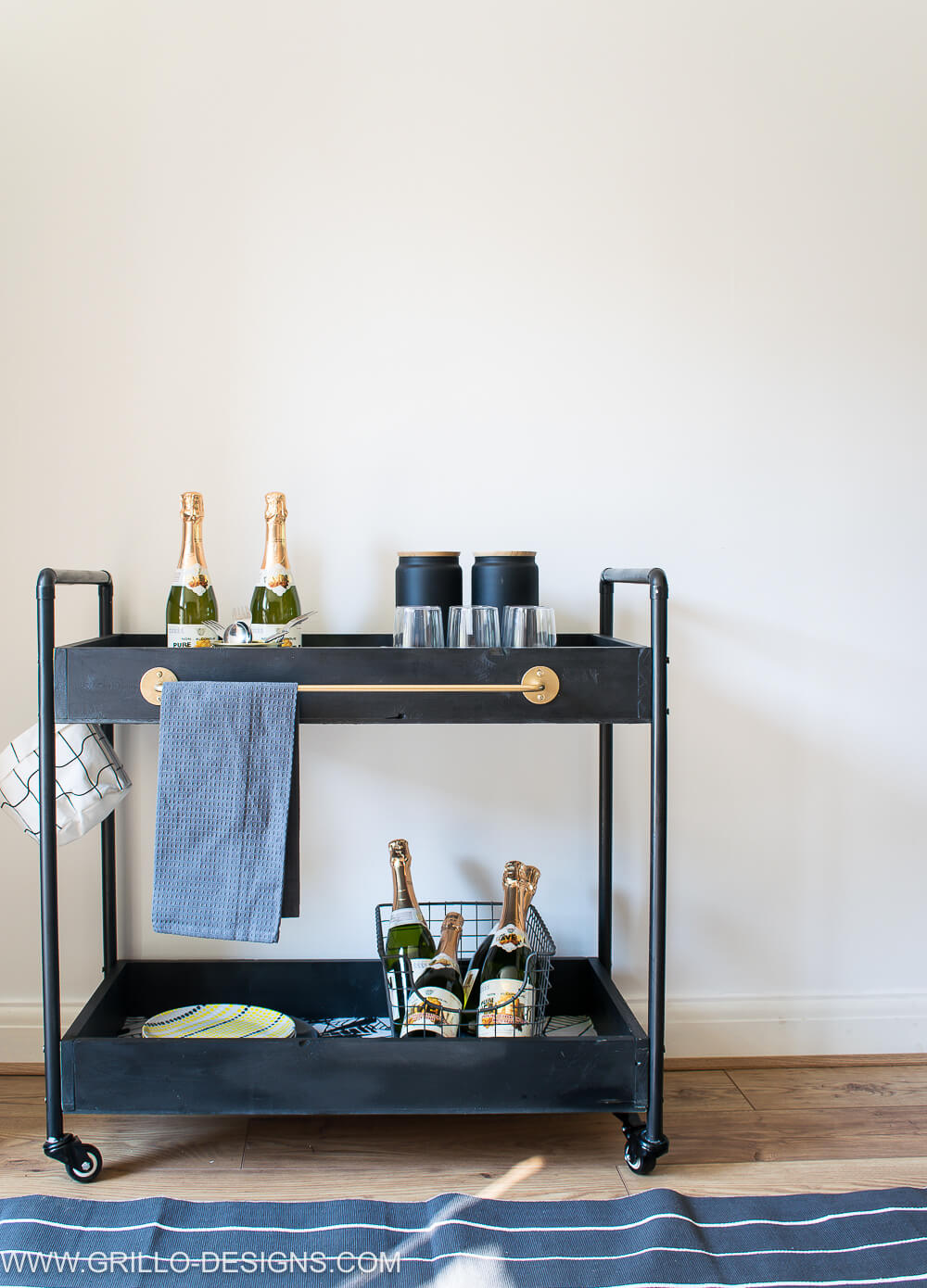 Indoors rolling bar cart for serving guests / grillo designs