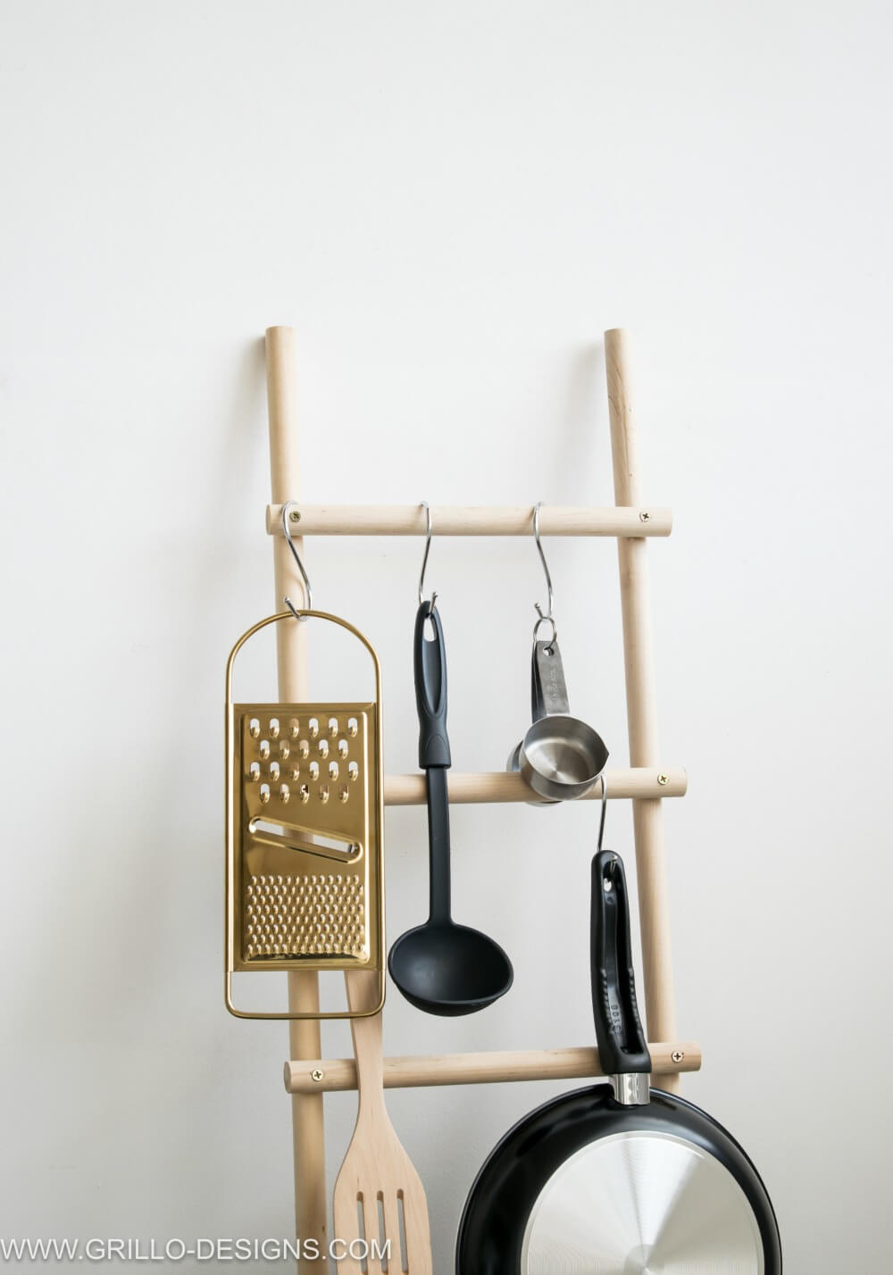 MODERN POT RACK USING WOODEN DOWELS / GRILLO DESIGNS