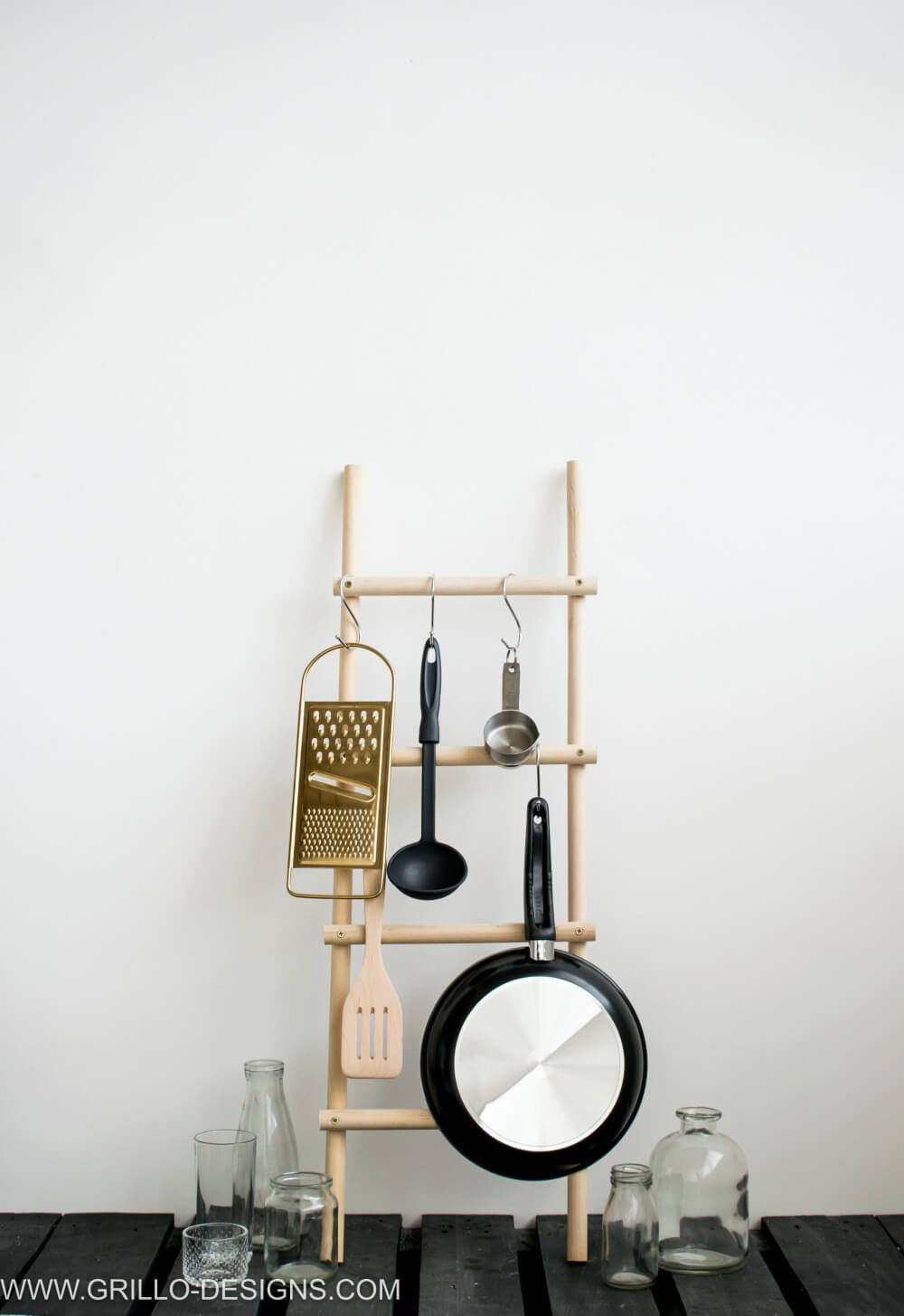 DIY UTENSIL RACK USING WOODEN DOWELS / GRILLO DESIGNS
