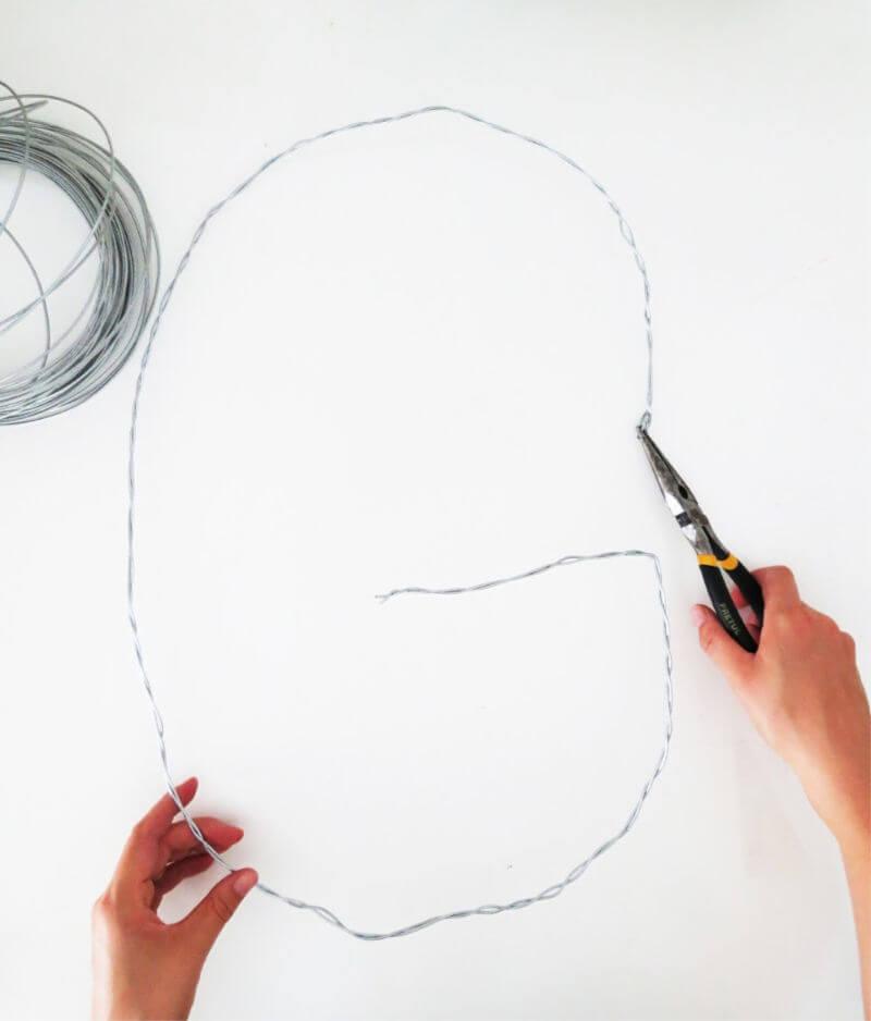 DIY MONOGRAM WREATH - Use the wire to create a monogram wreath / grillo designs