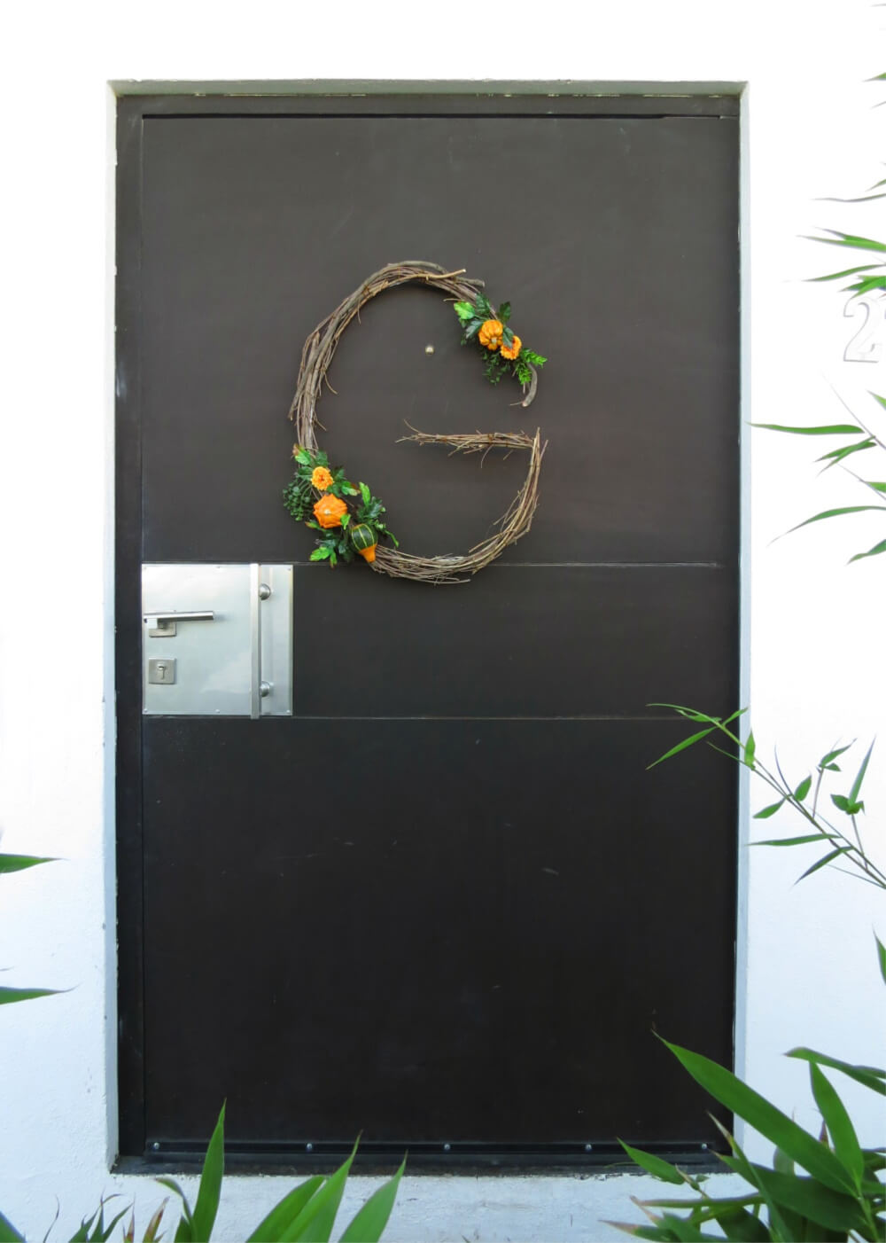 Create a gorgeous fall monogram wreath for your door / grillo designs