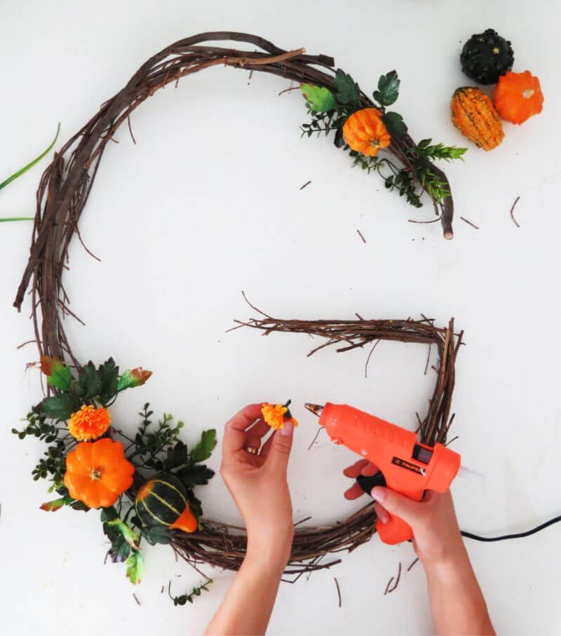 DIY monogram wreath with pumpkin decor for fall / grillo designs