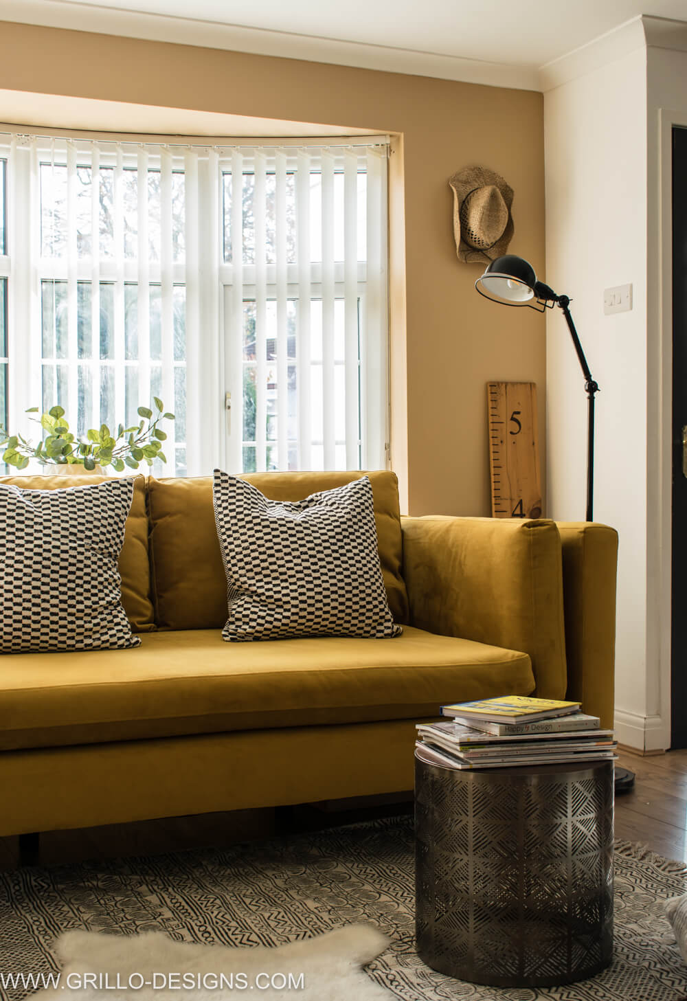Velvet sofas are so stylish. Learn how to care for one in this post / grillo designs