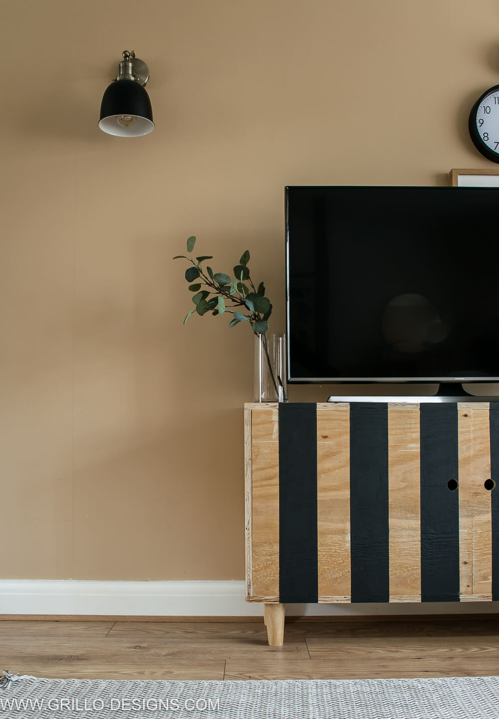 How to make a small compat diy tv stand in a weekend! #diytvstand #tvstandideas #tvstandideasforlivingroom #grillodesigns