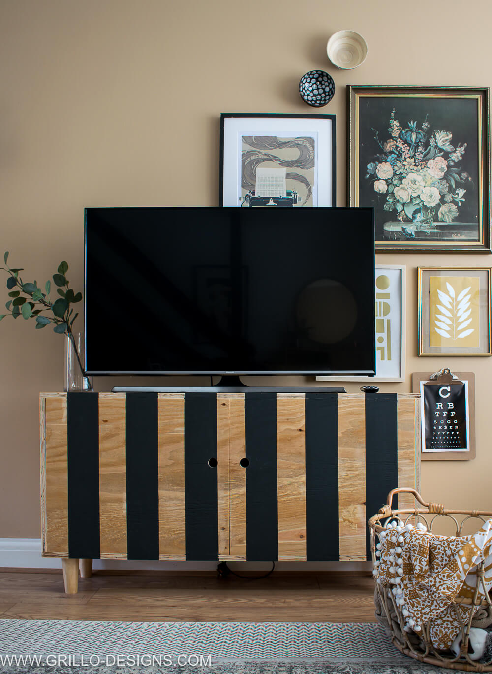 Modern style plywood tv stand for the living room . Perfect tv stand idea for a small space #diytvstand #tvstandideas #tvstandideasforlivingroom #grillodesigns