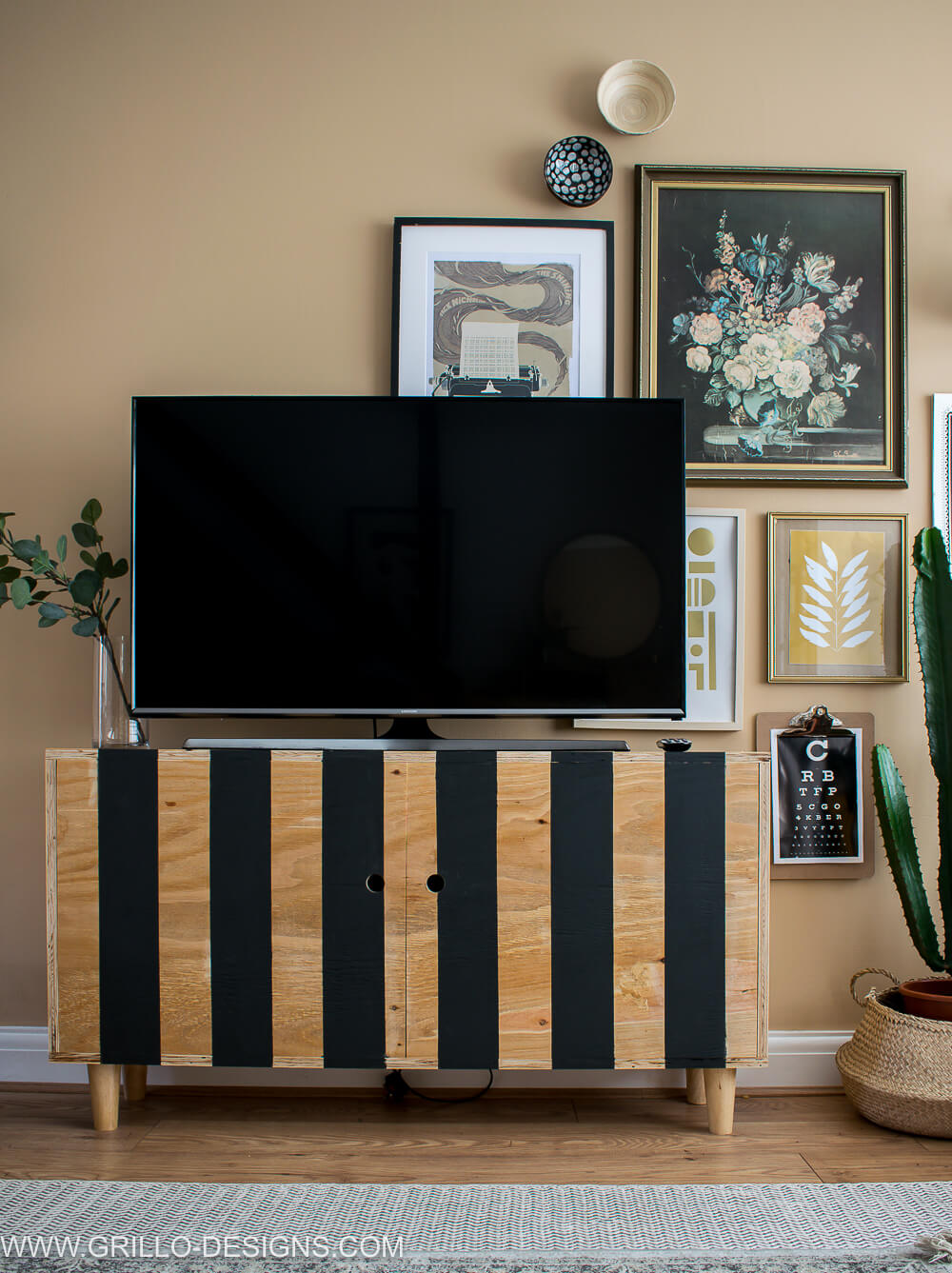 Learn how to build a modern plywood dit tv stand for your living room. Easy tutorial with plans! #diytvstand #tvstandideas #tvstandideasforlivingroom #grillodesigns