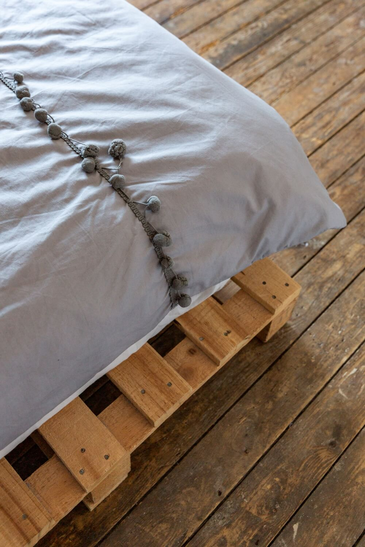 diy pallet bed frame under the matteress