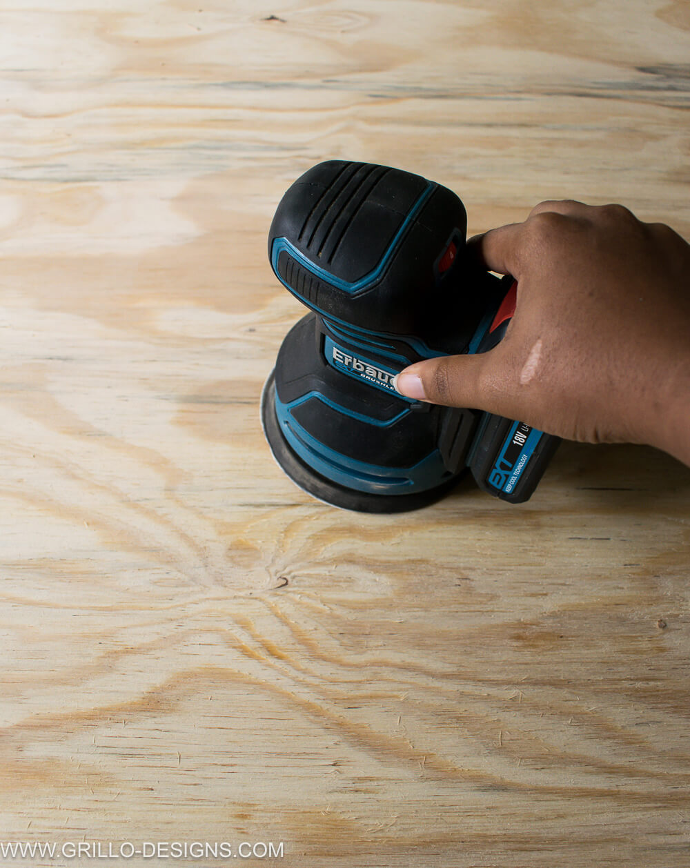 Grind the plywood board with a grinder